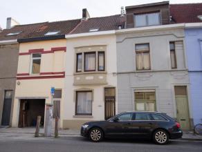 Gerenoveerde woning met 4 slaapkamers op wandelafstand van het Sint-Pietersstation. Samenstelling: Inkom, living + eetplaats, moderne keuken en modern
