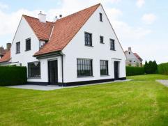 Charmante koppelvilla, volledig gerenoveerd, met uitgestrekt zicht op de Polders. Samenstelling: Inkom met toilet en vestiaire, living met open haard
