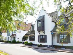 Ruime woning met zuidelijk georiënteerde tuin, gelegen aan de rand van het Zoute op een boogscheut van het Oosthoekplein en de Keuvelhoek. Deze g