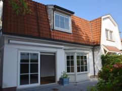 Alleenstaande, charmante villa te huur gelegen vlakbij de Kalfsmolen en het Koningsbos. Indeling: inkomhal met gastentoilet en vestiaire. Lumineuze wo