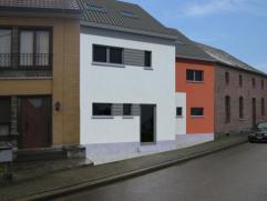 Nieuwbouw woning gesloten bebouwing (1 van 2) aan de linkerzijde welke zich bevindt op een grond van circa 4 are 39 ca. De bouwwerken zijn aangevangen