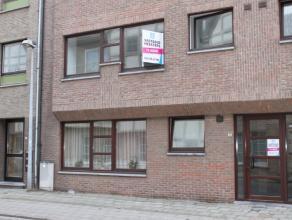 Dit appartement gelegen aan de rand van de stad, in een rustige omgeving situeert zich op de 2e verdieping van een mooi en statig gebouw enwerd volled