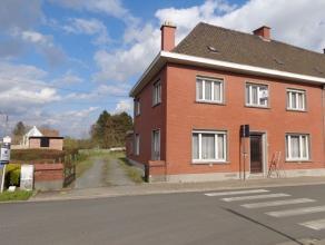Halfopen te renoveren woning op een perceel van 2073m². De indeling: inkomhal met dubbele living (en/of gelijkvloerse slaapkamer), keuken en toil