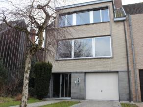 Deze woning is prachtig en rustig gelegen, midden in het groen, en toch op fietsafstand van Gent centrum. Deze ruime gezinswoning met tuin is dan ook
