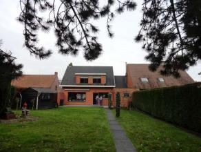 Ruime woning in het hartje van Rollegem bij Kortrijk. Hall, woonkamer, keuken, 3 slaapkamers, badkamer, zolder, garage, twee bergingen en grote tuin.