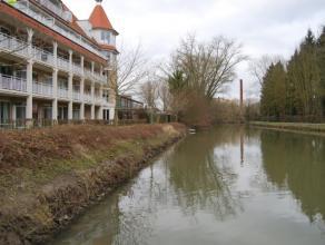 Gezellig appartement met frontaal uitzicht op de Dender en het natuurgebied De Gerstjens. Het appartement omvat: inkomhal, berging, 2 toiletten, 2 sla