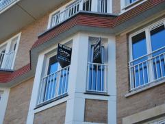 Nieuw, prachtig en ruim appartement, afgewerkt met kwalitatieve materialen. Gesitueerd in het dorpscentrum, en aan de oevers van de Dender.  Het appa