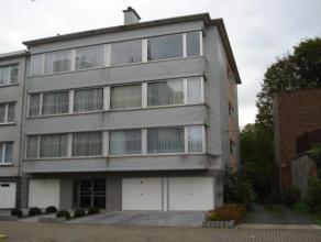 Verzorgd appartement met 2 slaapkamers en terras(3e verdiepingrechts met lift)Inkomhal met vestiaire, living 30m², half-ingerichte keuken,