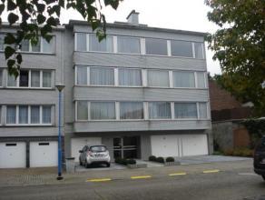 Verzorgd appartement (77m²) met 2 slaapkamers en terras(3e verdieping links met lift)Inkomhal met vestiaire, living 30m², half-ingerichte ke
