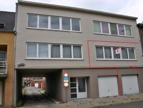 Tweeslaapkamer appartement op een boogscheut van het Centrum van Tessenderlo. Nabij winkels, scholen en de E 313. Indeling centrale inkomhal die toega
