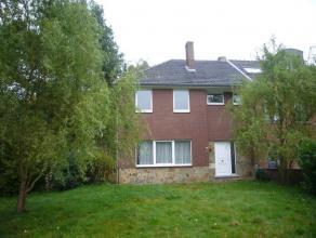 Deze gezellige woning is fijn gelegen aan de Reinpadstraat te Genk in een rustige straat in een fijne residentiële buurt. De halfopen bebou