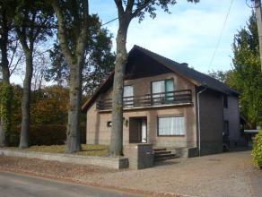 Deze gezellige woning is fijn gelegen aan de Peerboomstraat te Genk in een rustige straat in een fijne residentiële buurt. De open bebouwin