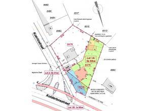 Aan de Koerlostraat ligt een perceel bouwgrond van 7a 43ca.Het is 29,34m breed aan de straat en 47,88m diep. De tuin is naar het westen gericht.