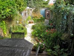 Deze aangename woning met aangelegde tuin en aansluitende garage is grotendeels gerenoveerd. Het gelijkvloers met living en eetkamer op parket en vern