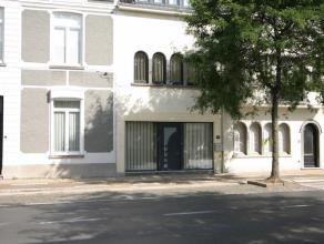 Deze centraal gelegen woning is voorzien van alle comfort en geniet van een ruim terras en een leuke stadstuin met tuinberging en autostandplaats.<br