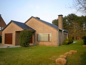 Deze residenteel gelegen en instapklare bungalow is gekenmerkt door zijn mooie grote oppervlaktes vol licht en ruimtewerking en de prachtige grote tui