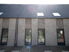 Deze strak moderne nieuwbouwwoning geniet door zijn slimme architectuur maximaal van licht- en ruimtewerking. Een mooi en groot perceel grond met uitw