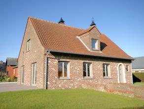Deze mooi en rustig gelegen villa werd volledig gerenoveerd en voorzien van alle modern comfort. De woning is tevens volledig onderkelderd waarin gema