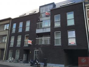 Leuk penthouse appartement met hedendaags comfort en ruime indeling. Indeling : inkom, riante open leefruimte met open ingerichte keuken, ruim terras,