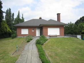 IMMO VAN MIDDELEM --- OPTIE --- OPTIE Een degelijk gebouwde villa type bungalow met een grote tuin van 13are52ca, met 2 grote slaapkamers en een grote