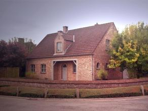 In het centrum en toch heel rustig gelegen, een gerenoveerde villa met tuin. De woning werd recentelijk volledig opgefrist met een hedendaagse afwerki