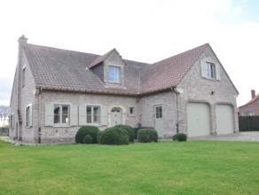 Charmante villa op 14a05, gelegen tussen Opwijk en Lebbeke. Deze prachtige woning bestaat op het gelijkvloers uit een ruime inkomhall met aparte toile