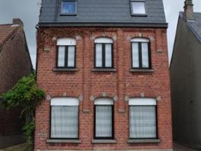 Gezellige instapklare gezinswoning op 1a35. Deze woning bestaat op het gelijkvloers uit een inkom, een leefruimte met eet -en zithoek, een vernieuwde