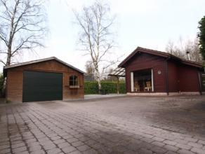 Deze vrijstaande woning voorzien van zithoek, eetruimte, keuken, badkamer, kamer met extra slaaphoek en berging is zeer rustig gelegen op de rand van
