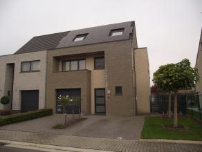 Ruime, instapklare woning met zonnepanelen op een perceel van 340m². Bewoonbare oppervlakte: 238m². Indeling gelijkvloers: inkomhal, toilet,