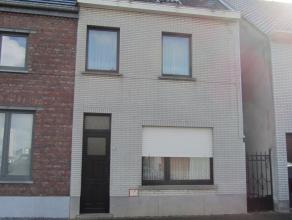 Ruime woning gelegen op een perceel van 5a50ca. K.I.: 394 euro (woning) + 2 euro (tuin). Indeling gelijkvloers: Inkomhal, woonkamer, veranda, keuken,