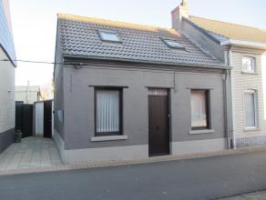 Woning gelegen in het centrum van Opwijk met een perceelsopp. van 2a67ca. Indeling gelijkvloers: woonkamer, strijkkamer, zitplaats, keuken, wasplaats