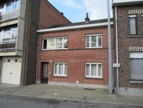 Woning gelegen op een perceel van 104m². K.I.: 555 euro KLEIN BESCHRIJF MOGELIJK. Indeling gelijkvloers: woonkamer, keuken, badkamer met wc en do