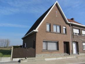 Halfopen bebouwing gelegen op een perceel van 3a40ca. K.I.: 877 euro Indeling gelijkvloers: Inkomhal, woonkamer, keuken, 2 WCs, berging, stallen. Inde