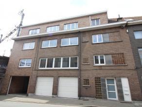 Appartement op de eerste verdieping: Indeling 1e verdieping: woonkamer, keuken, toilet, badkamer met lavabo, toilet en ligbad met mogelijkheid tot dou