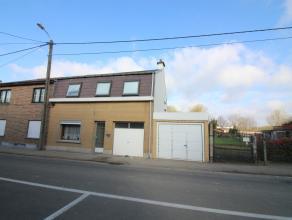 Woning met garage gelegen op een perceel van 8a17ca. Indeling gelijkvloers: Inkomhal, woonkamer, keuken, bijkeuken, traphal, badkamer met toilet, ligb