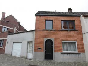 Woning met garage gelegen in het centrum van Opwijk met een perceelsopp. van 1a18ca. Indeling gelijkvloers: inkomhal, woonkamer, keuken, badkamer met