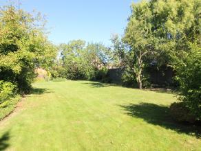 Woning met grote tuin en 2 garages en externe berging bereikbaar via achterliggende wegel. Perceelsoppervlakte: 10a39ca. Opp. tuin en garages: 859m&su