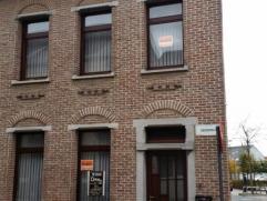 Mooie woning gelegen te centrum Ninove omvattende voorplaats, living/eetplaats, keuken, badkamer en wasplaats. Op het verdiep bevinden zich 2 grote sl
