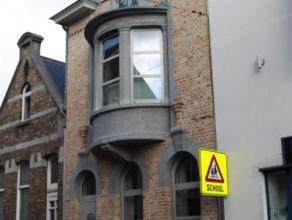 Mooie, perfect gerenoveerde herenwoning met stadstuintje in het centrum van Ninove. De woning bestaat uit een inkomhal, een ruime living met moderne o