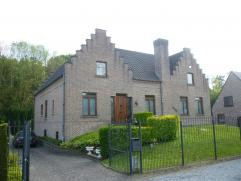 Ruime, IMPOSANTE villa met een bewoonbare opp. van 575 m² en ZUIDELIJKE tuin (terrein van 15 are). EPC 225 kWh/m². De woning werd in 1986 tr