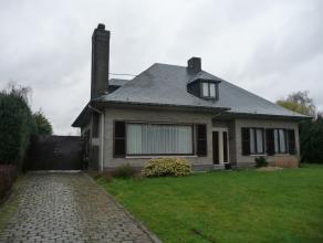 Groot, klassiek, alleenstaand landhuis, gelegen dichtbij het centrum van de gemeente en een goede verbinding naar E34 (Antwerpen - Gent - Kust). De wo