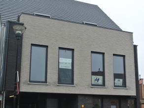 luxueus ingericht en afgewerkt gelijkvloers appartement (nieuwbouw), gelegen op wandelafstand van het centrum. De indeling is als volgt: afgesloten ga