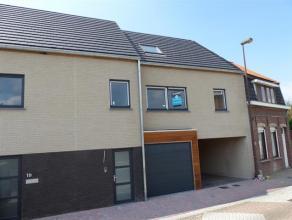 Deze nieuwbouw gezinswoning bevindt zich in het centrum van Lichtervelde en heeft, door het gebruik van cederhout in de voorgevel, een eigentijds kara