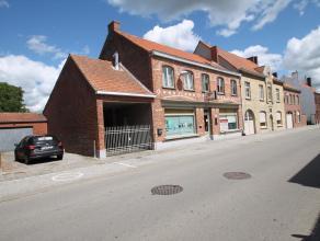 Zeer ruime charmewoning, gelegen in het dorpscentrum van Dikkebus op amper 5 km van centrum Ieper. De gelijkvloerse verdieping bevat een praktijkruimt