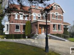 Prachtige herenwoning te koop gelegen op een domein van +/- 40 are met een bewoonbare oppervlakte van 426m² (zonder kelder, garage, zolder). De k