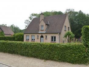 KOBBEGEM: Villa op een terrein van 30 are 52ca te koop gelegen nabij het centrum van Kobbegem (Asse). De woning bestaat uit een inkomhal met gastentoi