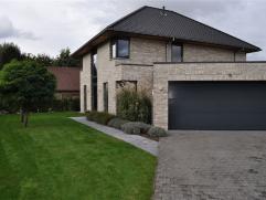 Prachtige nieuwbouw villa te koop met een bewoonbare oppervlakte van 252m².     Deze woning werd gebouwd in 2009 en afgewerkt met hoogwaardige ma