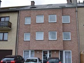 Prachtig appartement te huur in Meise. Deze duplex bestaat uit een inkomhal, ruime woonkamer met uitgeruste keuken, berging en badkamer. Op de eerste