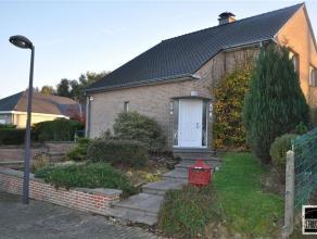 ZELLIK: Villa op een terrein van 6 are 97ca te koop gelegen nabij het centrum van Zellik (Asse) in een residentiële villawijk. De woning bestaat