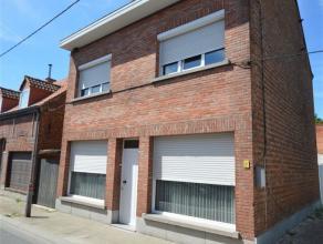 Woning TE KOOP nabij het centrum van Lebbeke met een bewoonbare oppervlakte van +/- 185 m² op een terrein van +/- 2are. Het gelijkvloers van deze